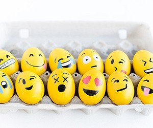 DIY: Easter eggs in Emoji look
