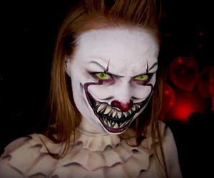 "Madeyewlook dresses up like Pennywise from ""It"""